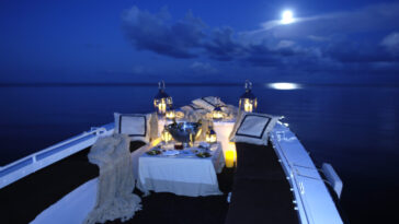 Nomade Yachting by Bora Bora Cruises diner on the water